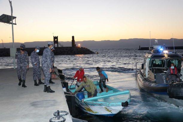القوة البحرية والزوارق الملكية تنقذ زورق صيد في العقبة