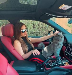 نسرين طافش تستعرض سيارتها الفاخرة
