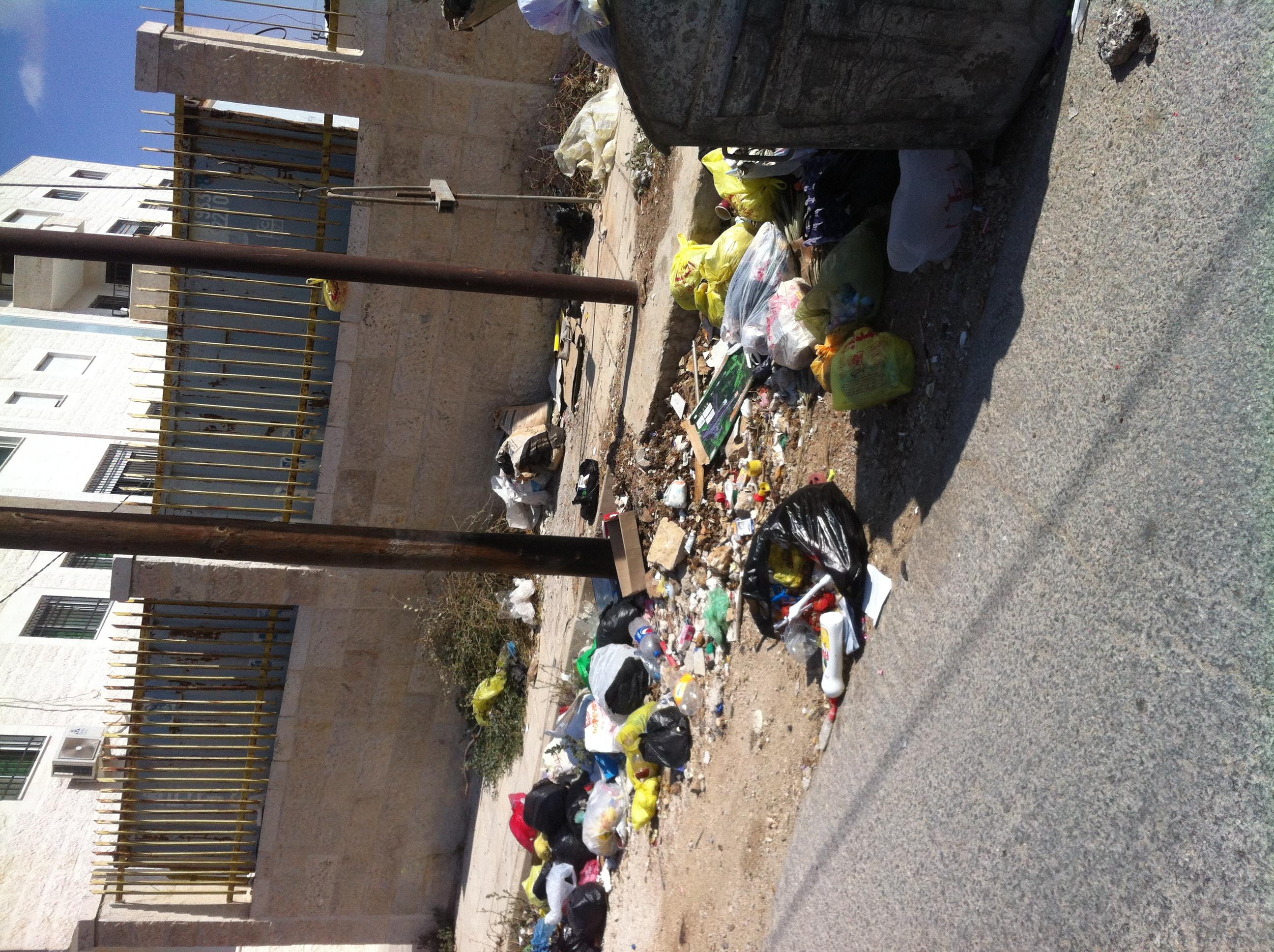 بالصور  ..  تراكم النفايات في اربد _ ايدون _ ارباع الشومر