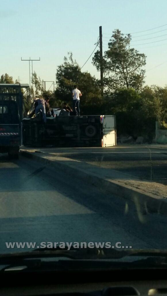 بالصور..تدهور حافلة كبيرة امام مركز دفاع المدني في الهاشمية