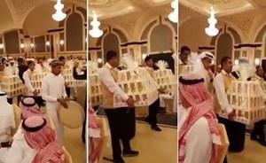 بالفيديو .. كشف حقيقة توزيع هواتف في حفل زفاف بالسعودية ..  ومقّرب يوضح التفاصيل