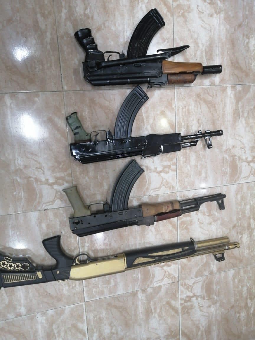 ضبط ثلاث اسلحة نارية اوتوماتيكية  .. وسلاح فردي ظهر اصحابها وهم يقومون باطلاق عيارات نارية