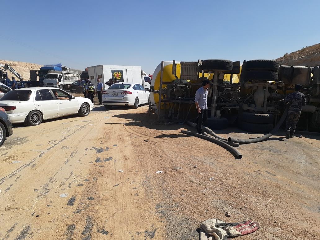 بالصور  ..  اصابة بانقلاب شاحنة محملة بالقمح بالزرقاء