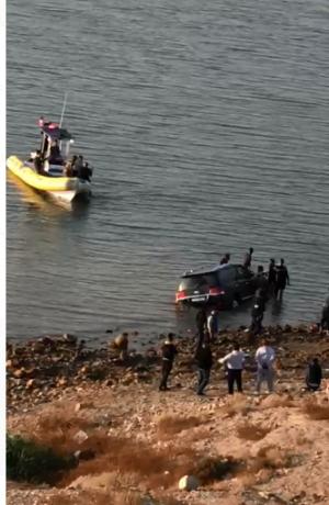 بالفيديو ..  غرق مركبة بالبحر الميت بعد أول يوم لفك حظر الجمعة