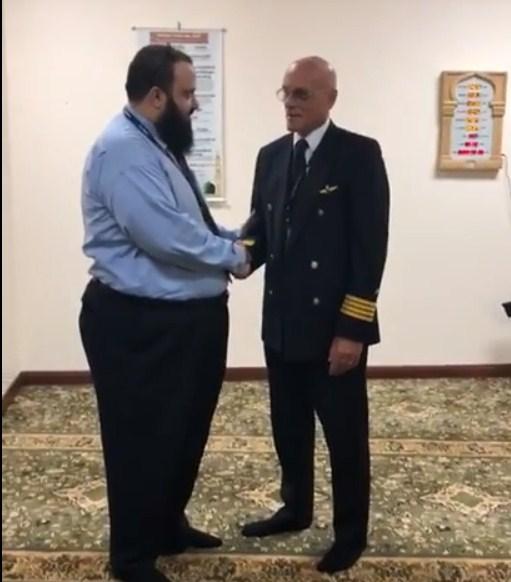 بالفيديو  ..  كابتن طيار ايطالي يعلن اسلامه في السعودية و يجهش بالبكاء بعد نطق الشهادتين