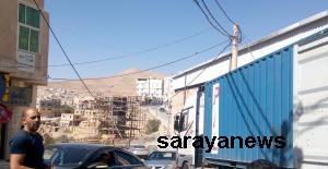 بالصور ..  مطالبات بإعادة ترتيب كوابل كهرباء بوادي موسى حفاظا على سلامة المواطنين