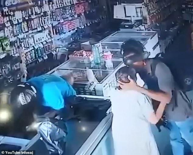 شاهد بالفيديو ..  لص مسلح يقبل مسنة لطمأنتها