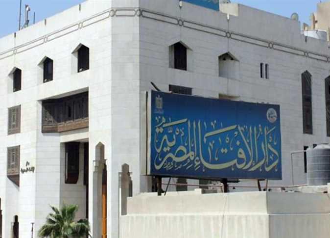 دار الإفتاء المصرية : يجوز إعطاء الزكاة للأخ المدين أيا كان سب الدين