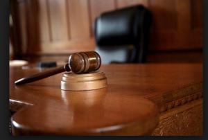 محاكمة آسيوي سرق حقيبة مصلٍّ