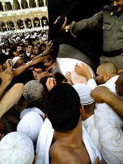 """كاتب سعودي: الحجر الأسود """"نيزك"""" سقط من السماء"""