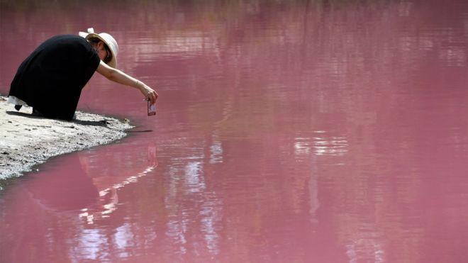 بالصور: ما سر اصطباغ ماء بحيرة أسترالية باللون الوردي؟
