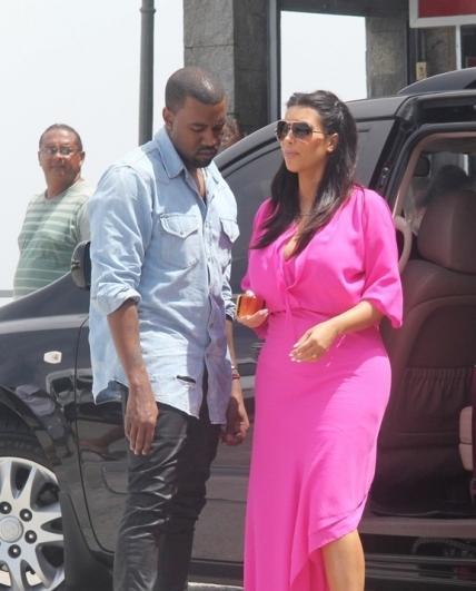 كيم كارداشيان تخترق ريو دي جانيرو  ..  في فستان زهري واسع