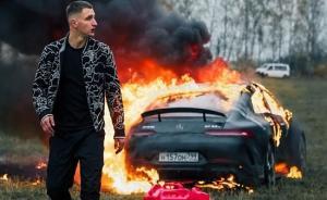 شاهد بالفيديو  ..  روسي يحرق سيارته المرسيدس بقيمة 170 ألف دولار بسبب عدم رضاه عن خدمة الشركة