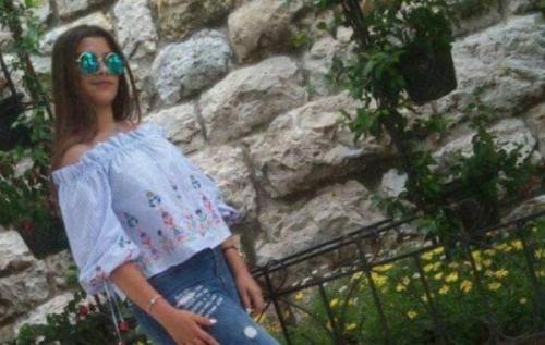 قصة محزنة ..  ياسمين وجدت مشنوقة على شرفة منزلها ..  ووالدتها رفضت بقاء جثتها