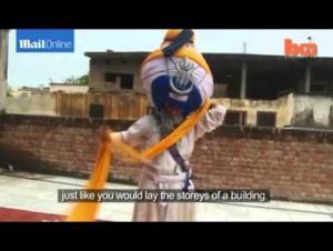 بالفيديو.. رجل دين هندي يرتدي عمامة طولها 600 متر و وزنها 55 كيلو !