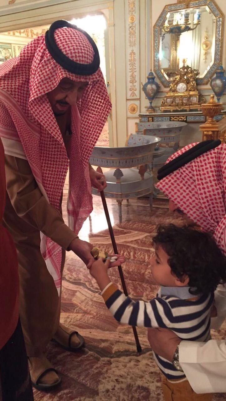 بالصورة  ..  قصة الطفل الذي قدم الملك سلمان له الحلوى