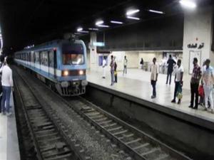 شاهد لحظة انتحار سيدة أسفل عجلات مترو الأنفاق في القاهرة