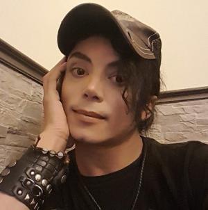 بالصور.. مايكل جاكسون يفتن مواقع التواصل مجدداً