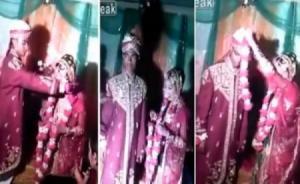 بالفيديو .. عريس هندي ينفعل على عروسه بسبب فشلها في أداء مراسم الزفاف