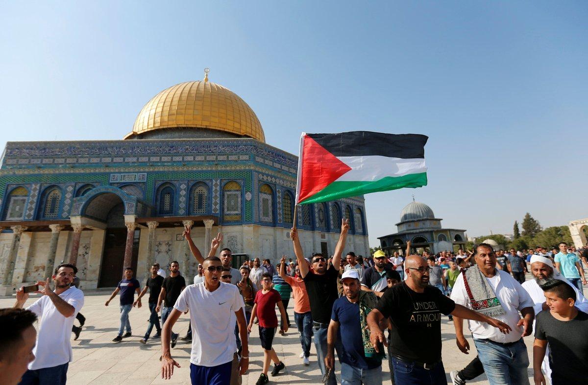 الفلسطينيون يكبرون في وجه قوات الاحتلال داخل الأقصى
