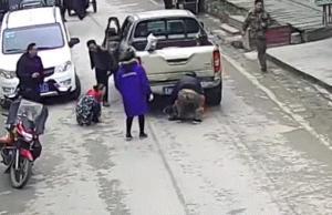بالفيديو .. حاولت إنقاذ طفلها فصدمتهما شاحنة