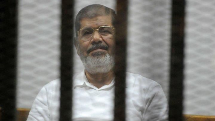 فقد البصر وسقط مغشيا عليه أمام القضاة ..  الإندبندنت: مرسي يواجه خطر الوفاة المبكرة