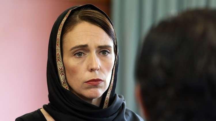 بالصور  ..  رئيسة وزراء نيوزيلندا ترتدي الحجاب تضامنا مع ذوي ضحايا المسجدين