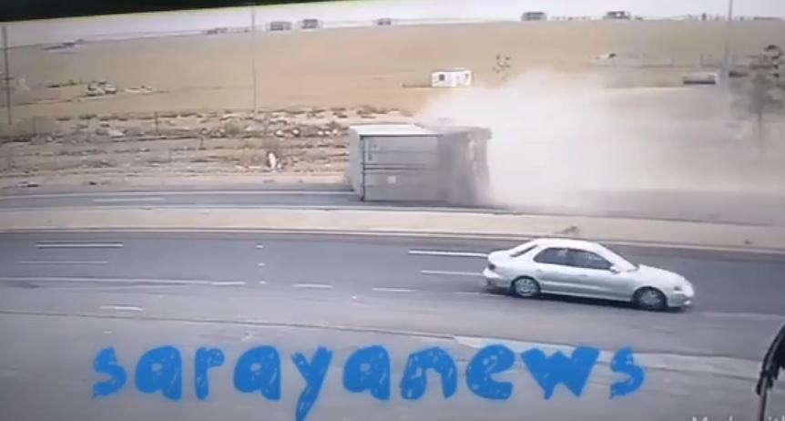 بالفيديو ..  لحظة انقلاب شاحنة على الطريق الصحراوي ونجاة مواطن على جانب الطريق من موت محقق