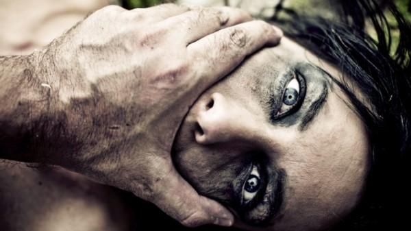 تأخرت في العودة للمنزل فجردها زوجها من ملابسها وقتلها بالماء المغلي