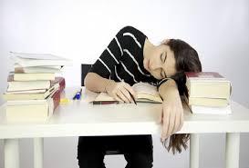 أيهما أفضل للدماغ ..  الدراسة على السرير أم المكتب؟