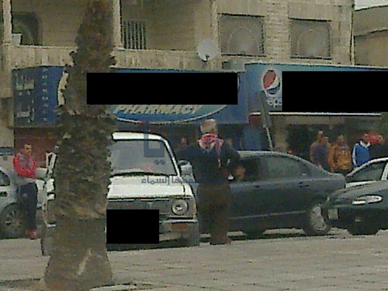 """الزرقاء : مواطن يغلق شارع رئيسي بمركبته احتجاجا على مخالفته """" صورة """""""