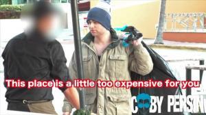 بالفيديو: ملياردير يتنكر بزي مشرد ..  وهذا ما حدث ما موظف مطعم !!