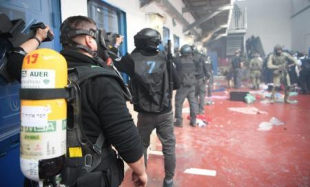 مواجهات عنيفة في سجن النقب بين السجانين والأسرى الفلسطينيين