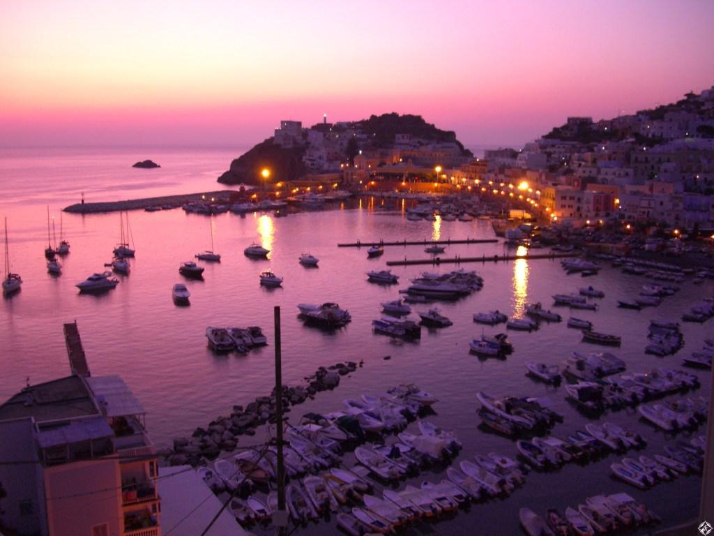بونزا : جزيرة إيطالية في البحر التيراني .. صور