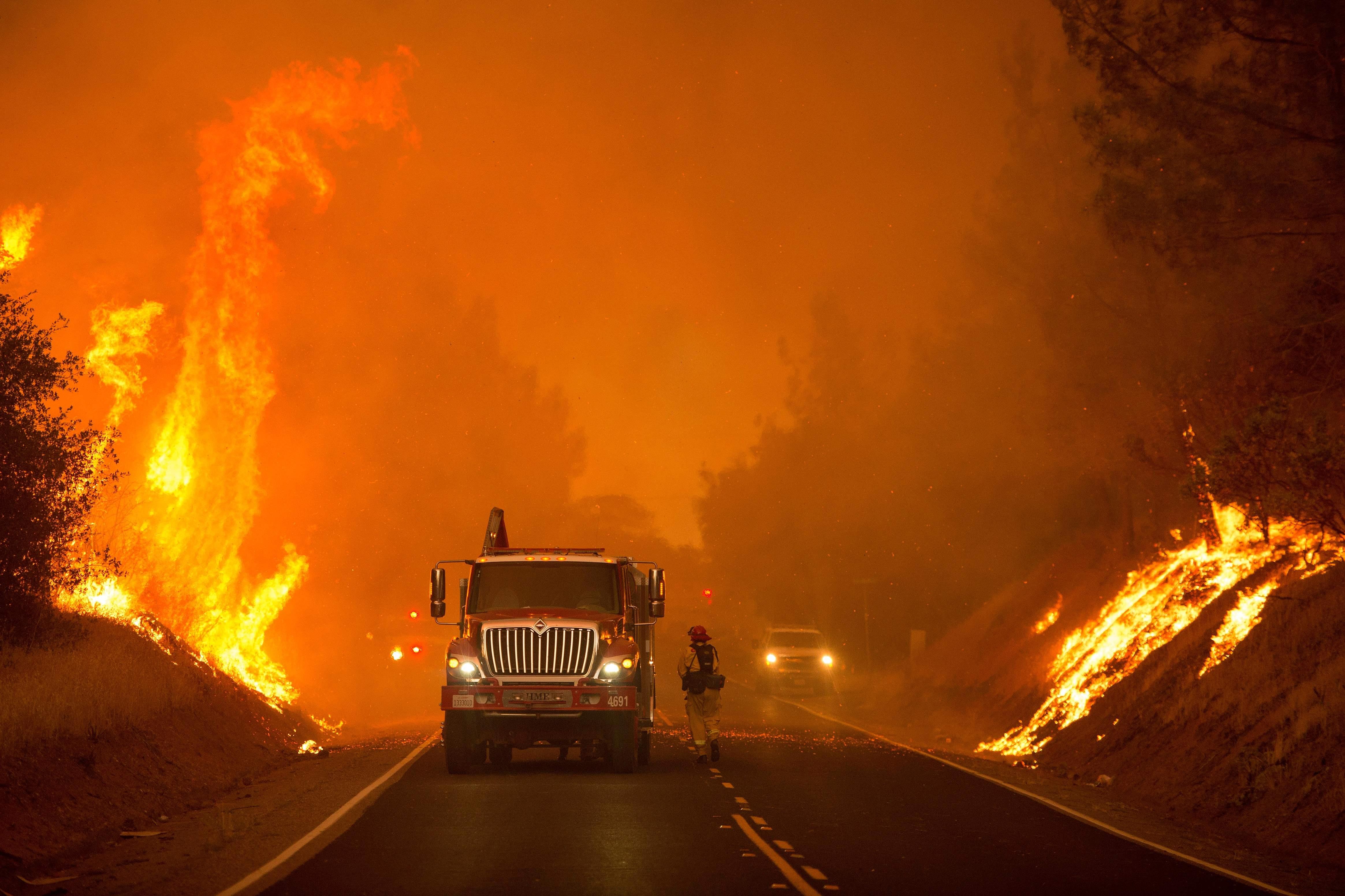 حرائق ضخمة تلتهم غابات كاليفورنيا وتدمر مئات المنازل وتجلي الآلاف من السكان