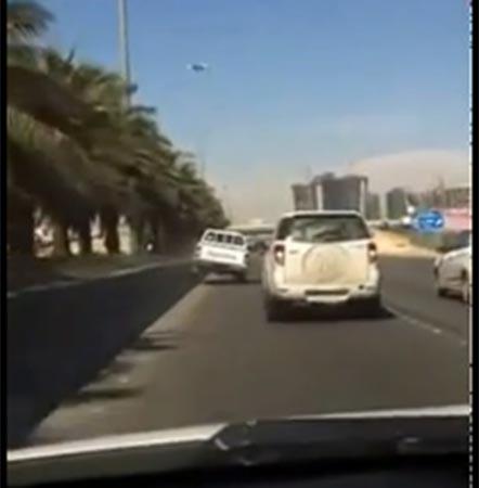 سعودي يقود مركبته على إطارين بطريقة جنونية ويتسبب في حادث مروع (فيديو)