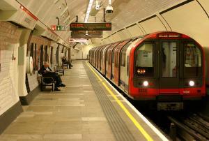 الشرطة البريطانية تخلي محطة مترو للاشتباه بسيارة مركونة بالقرب منها