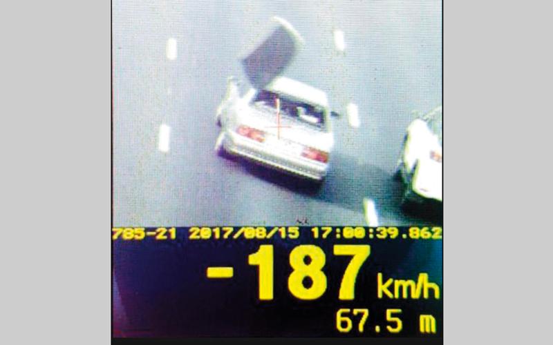 ابوظبي: ضبط مركبة تطاير زجاجها الخلفي بسبب السرعة الزائدة