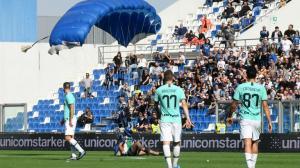 بالفيديو  ..  شخص يقفز بالمظلة على ملعب مباراة ساسولو وإنتر ميلان في الدوري الإيطالي