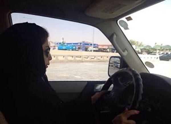 صور: القبض على سعوديتان تقودان السيارة وترفضان استدعاء وليي أمرهما