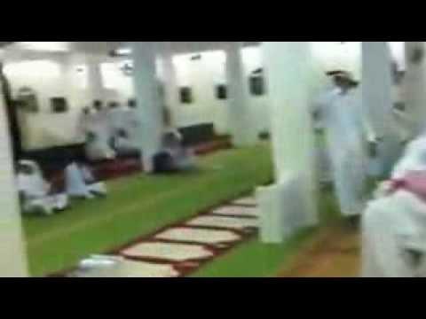 """بالفيديو  ..  نزاع على """"الإمامة"""" في مسجد يقسم المصلين إلى """"جماعتين"""""""