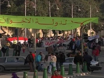 61 جريحا في الاشتباكات في القاهرة ومدن أخرى ..  وهتافات بميدان التحرير تطالب بإسقاط النظام