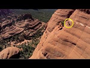 بالفيديو .. مغامر مجنون يقود دراجته بأعالى منحدرات جبال الأريزونا