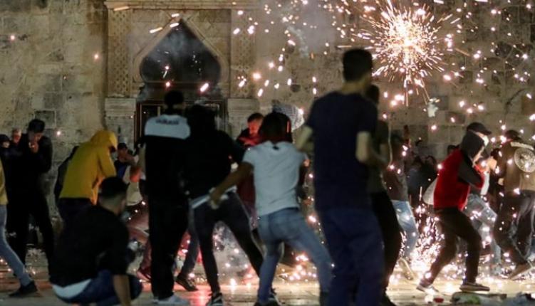 عبوات المياه والأحذية كانت ذخيرة المصلّين في القدس أمام قنابل وأعيرة مطاطية بيد الإحتلال