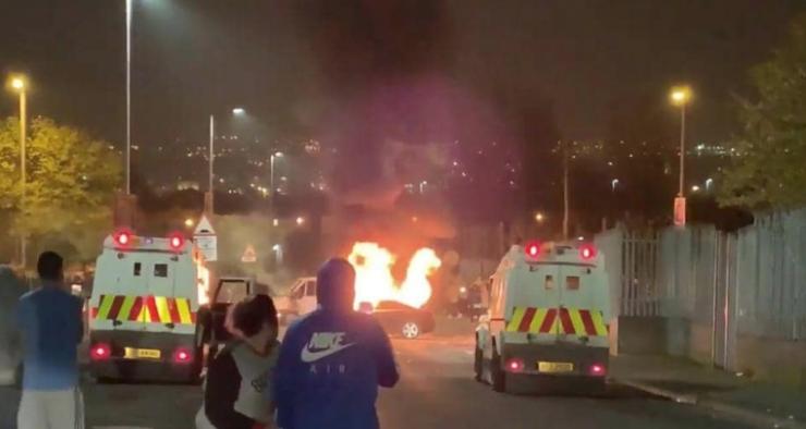 عمل إرهابي بأيرلندا الشمالية ..  قتيلة وقنابل وهجوم على الشرطة