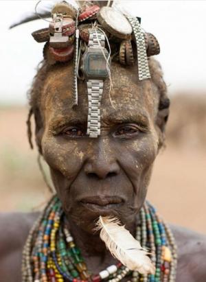 بالصور.. قبيلة إثيوبية تحول القمامة إلى قبعات جميلة