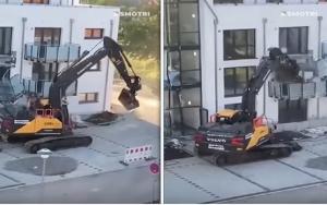بالفيديو  ..  بطريقة صادمة  ..  مقاول ينتقم من صاحب مبنى سكني لم يعطيه أجره !