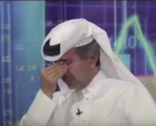 """بالفيديو ..  مستثمر قطري يبكي على الهواء مباشرة بعد انهيار بورصة الدوحة """"اشعروا بقطر"""""""