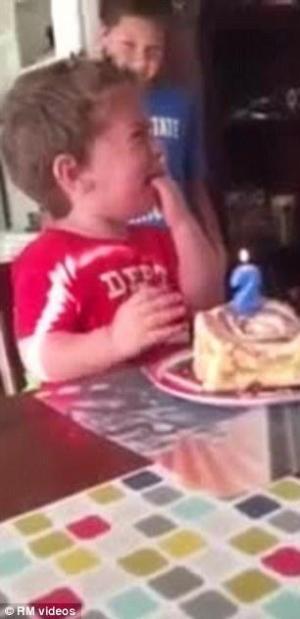 بالفيديو .. عيد ميلاد غير سعيد لطفل ذات العامين