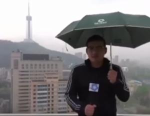 بالفيديو .. صحفي يتعرض  لصعقة  برق خلال البث المباشر